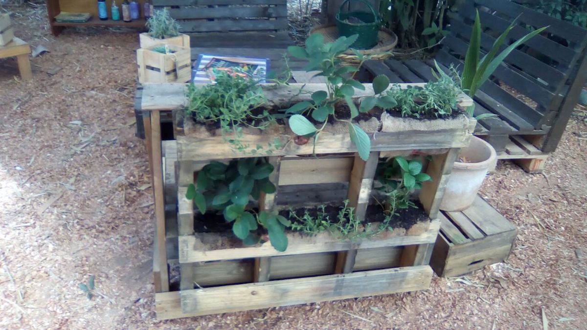 7 Do It Yourself Pallet Projects- Vertical Garden