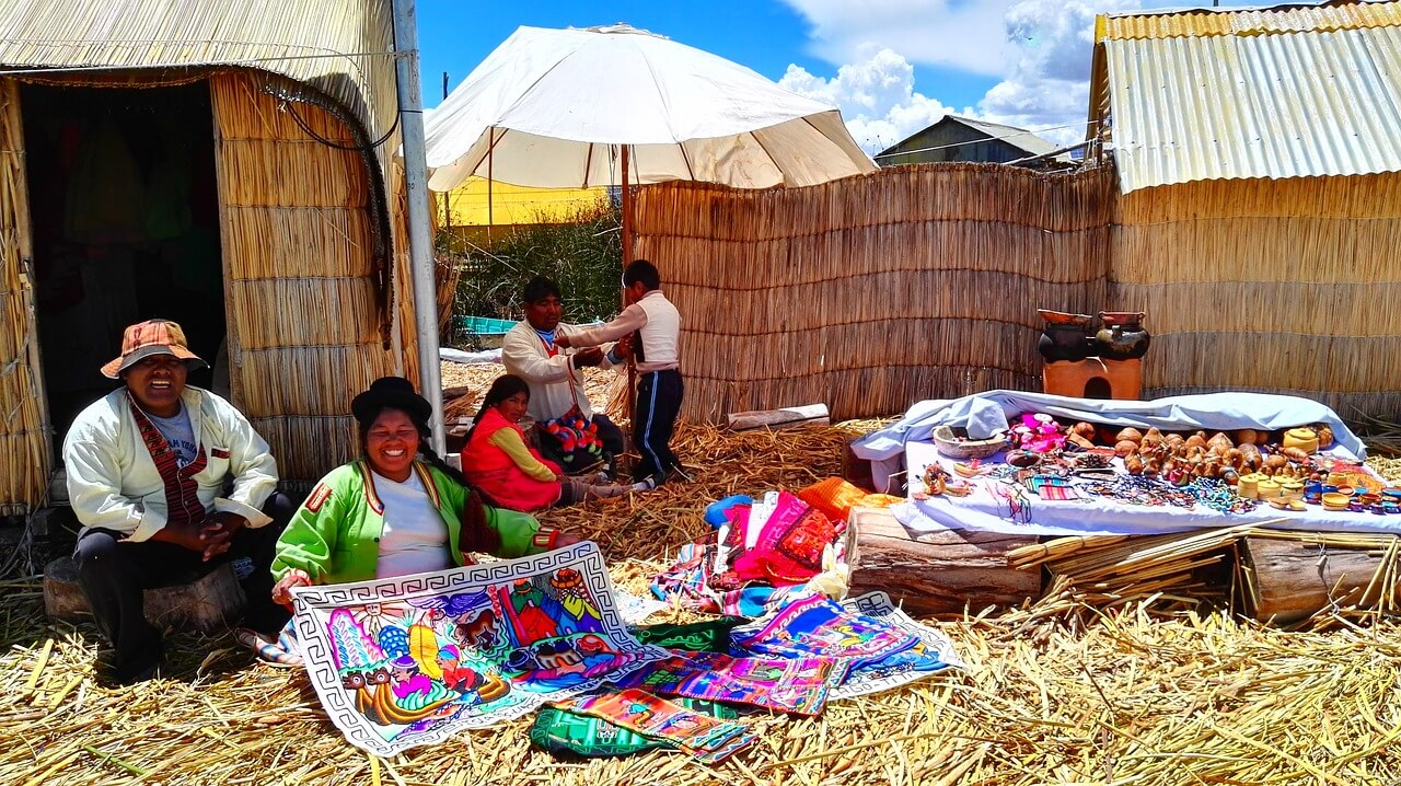Sustainable Travel Tips - Buy from local artists via @greenglobaltrvl