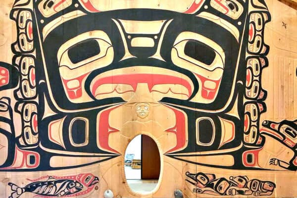 Glacier Park National Park Hoonah Tlingit Tribal House interior via Pi3.124 [CC BY-SA (https://creativecommons.org/licenses/by-sa/4.0)]
