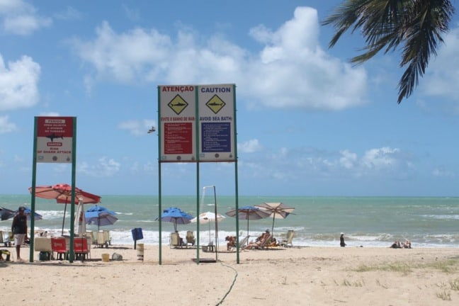 Señales de advertencia de tiburones en Recife, Brasil