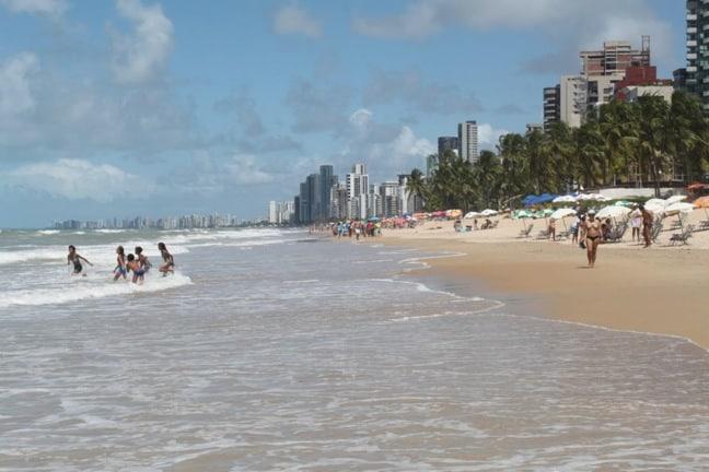 Niños jugando en la playa de Boa Viagem